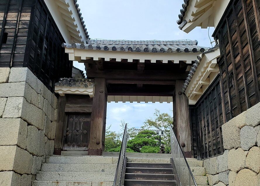 松山城天守閣のある本壇で待ち受けている「二ノ門」