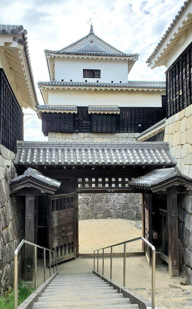 松山城の本壇で「二ノ門」へと進む
