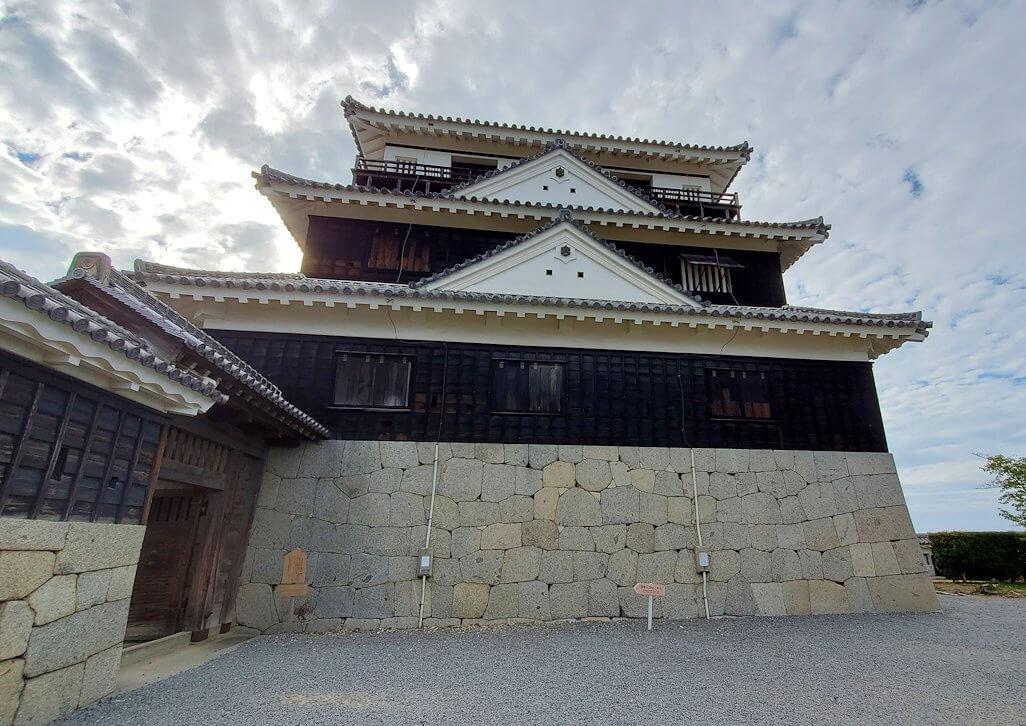 松山城の本壇で「二ノ門」を抜けて大天守