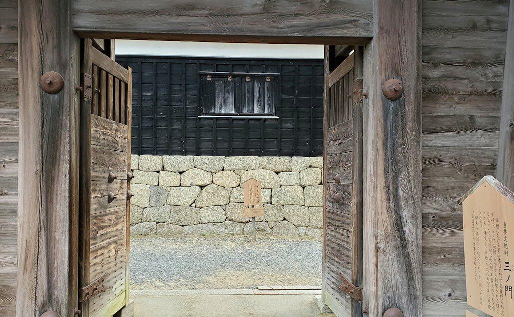 松山城本壇の「三ノ門」を進む