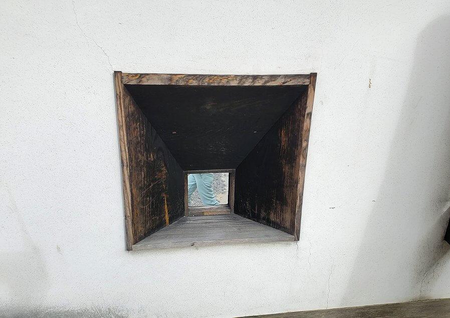 松山城本壇の「三ノ門」の先にある三ノ門南櫓の銃眼