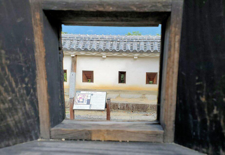 松山城本壇の「三ノ門」の先にある三ノ門南櫓の銃眼から見える光景