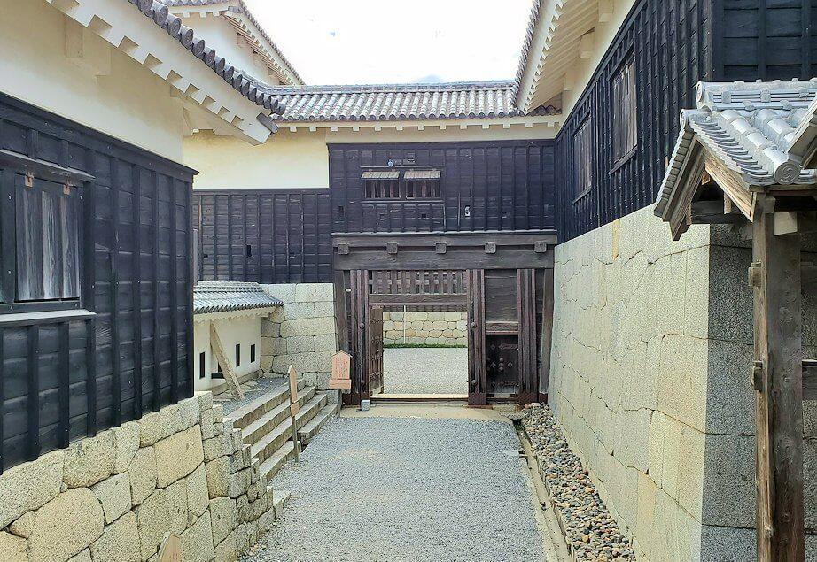 松山城本壇の「三ノ門」の先へと進む