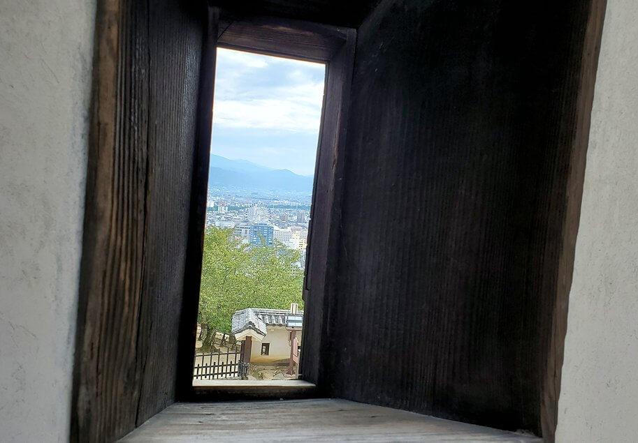 松山城本壇の「筋鉄門東塀」の銃眼
