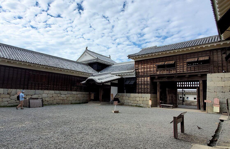 松山城本壇の「筋鉄門」を抜けると、やっと天守閣入口が目の前に出てくる