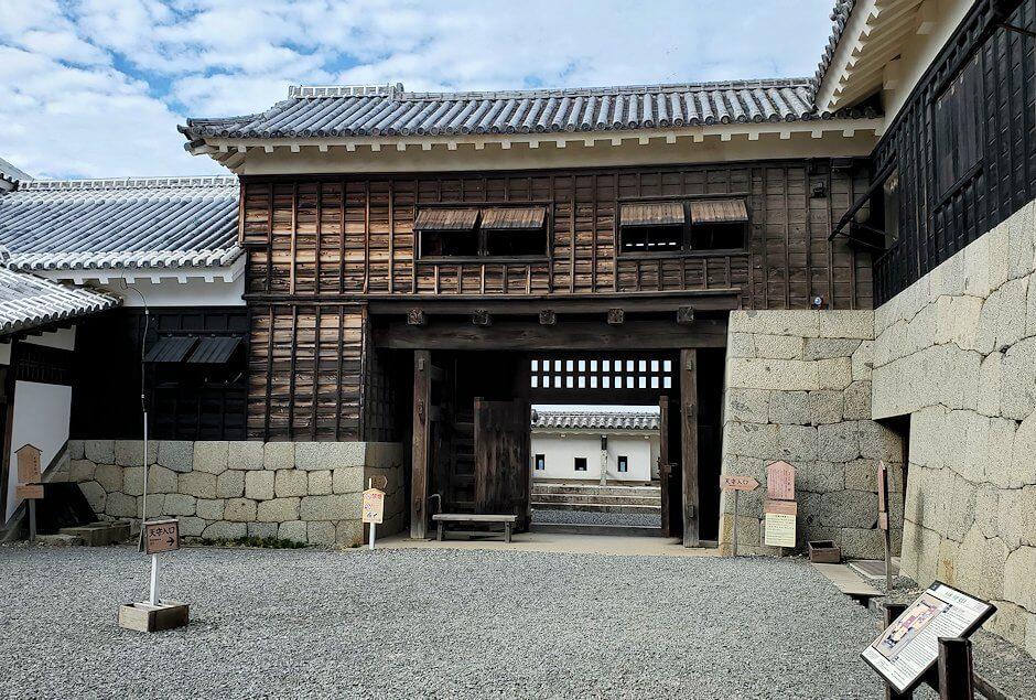 松山城大天守の前