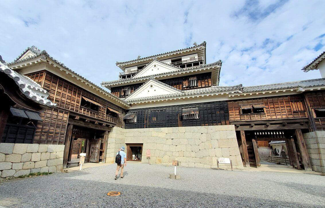 松山城大天守を眺める