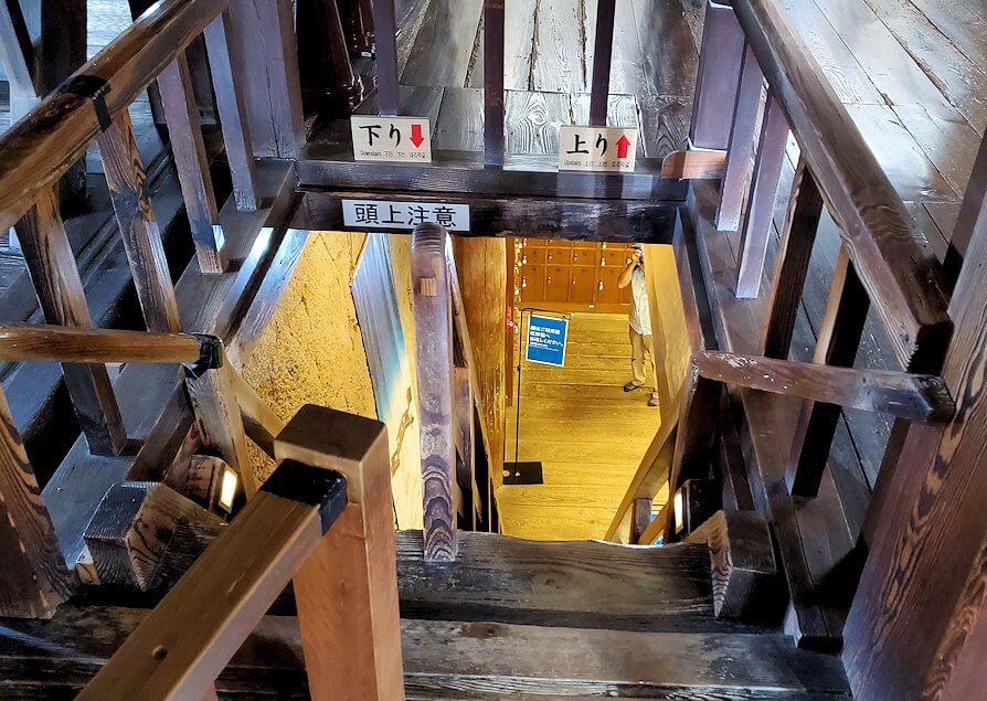 松山城大天守内の2階から階段を見下ろす