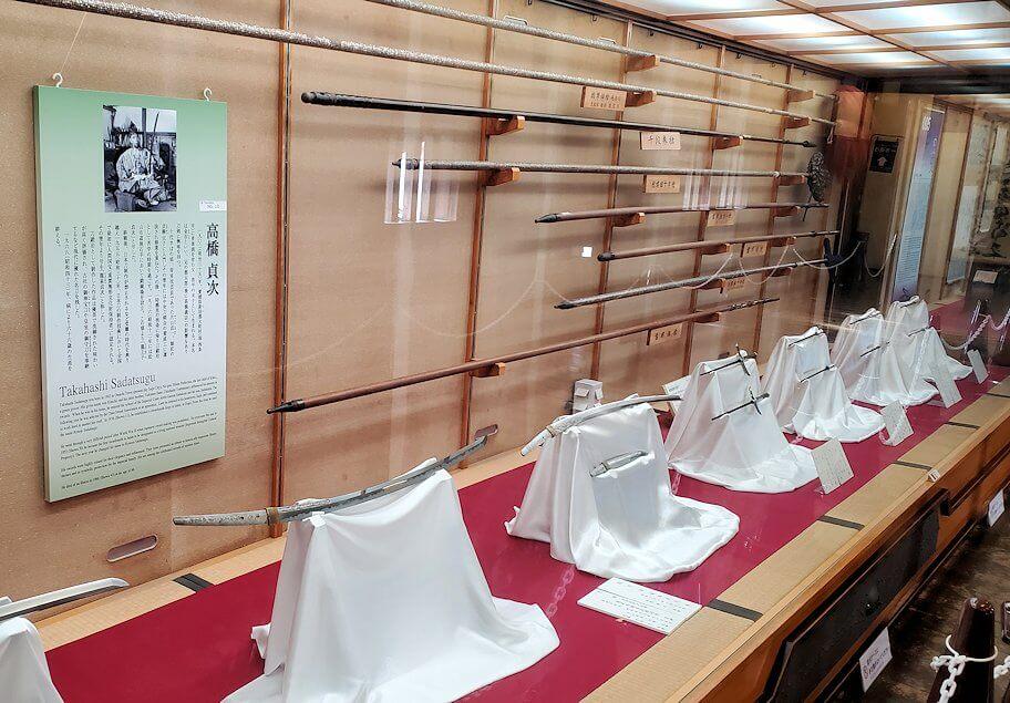 松山城大天守内2階に展示されている槍や刀