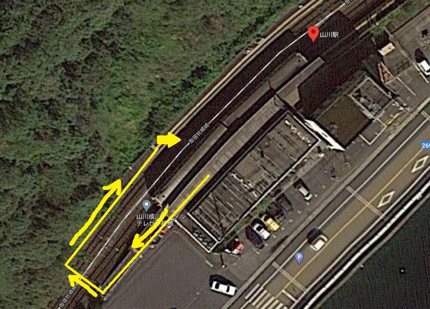山川駅の上空写真(グーグルマップ) 反対側ホームへの移動