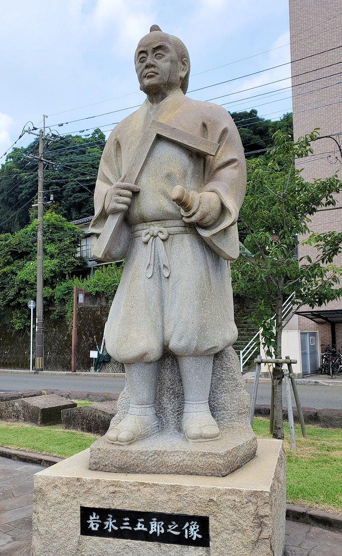 石橋記念公園内に設置されている岩永三五郎の像