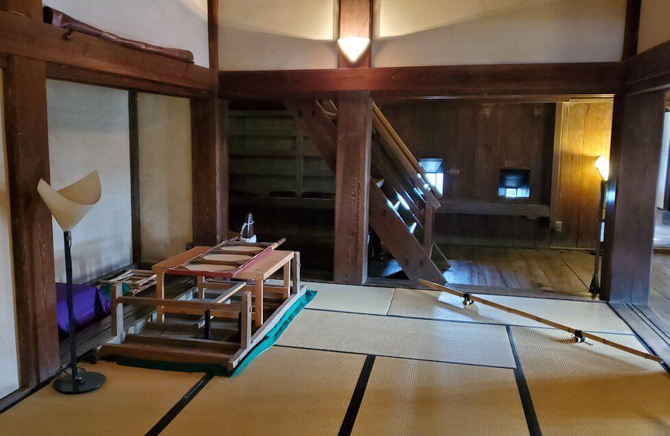 松山城大天守に見える居間1