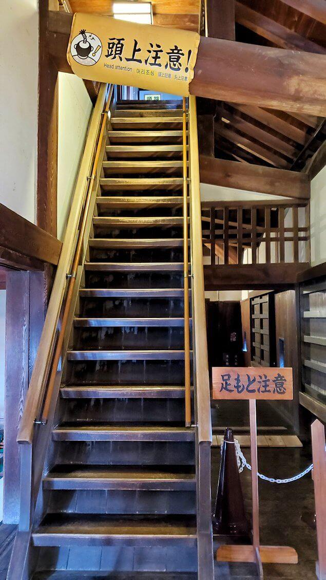 松山城大天守で更に階段を登る