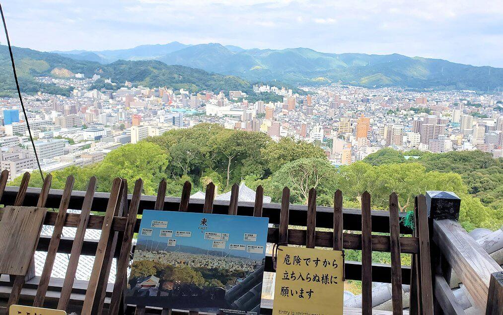 松山城の天守閣フロアから見える景色