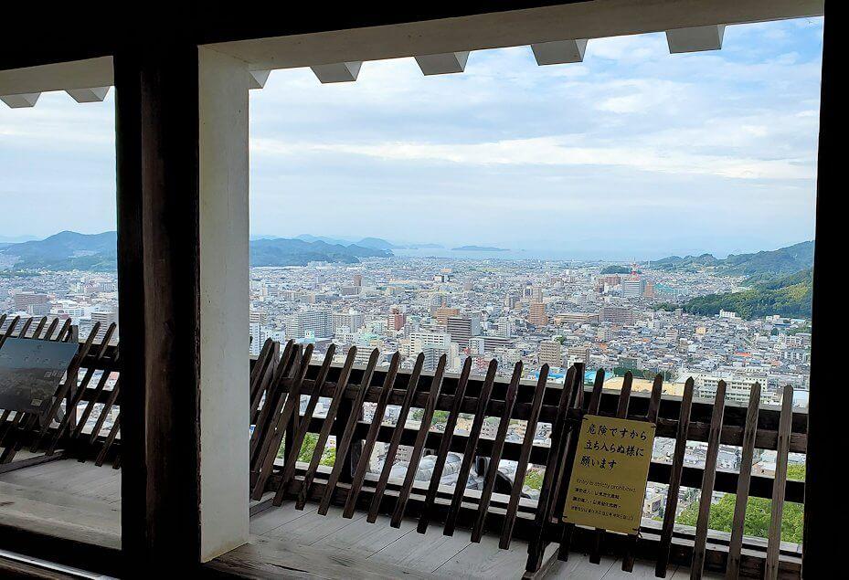 松山城の天守閣フロアから見える景色2