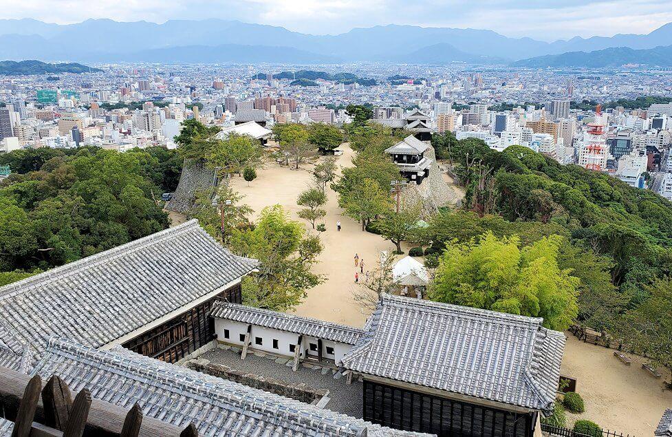 松山城の天守閣フロアから見える松山市1