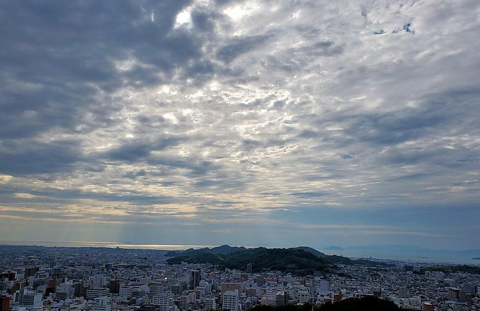 松山城の天守閣フロアから見える松山市の雲空