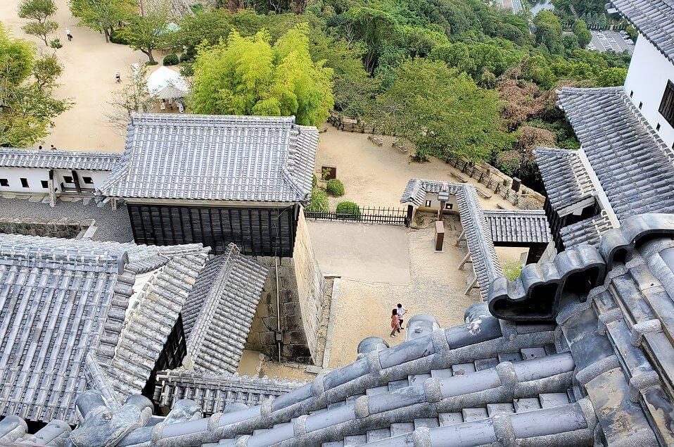 松山城の天守閣フロアから見下ろす