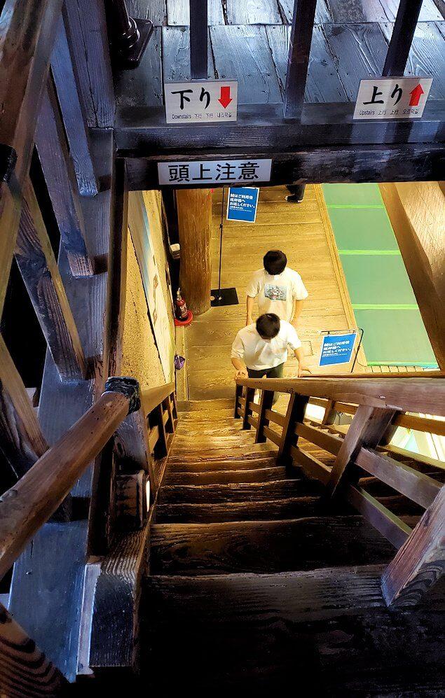 松山城天守から降りる階段を眺める
