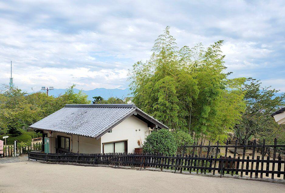 松山城本壇を出る