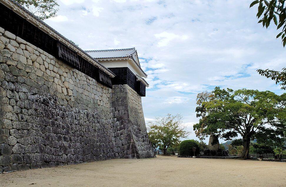 松山城本壇を眺める