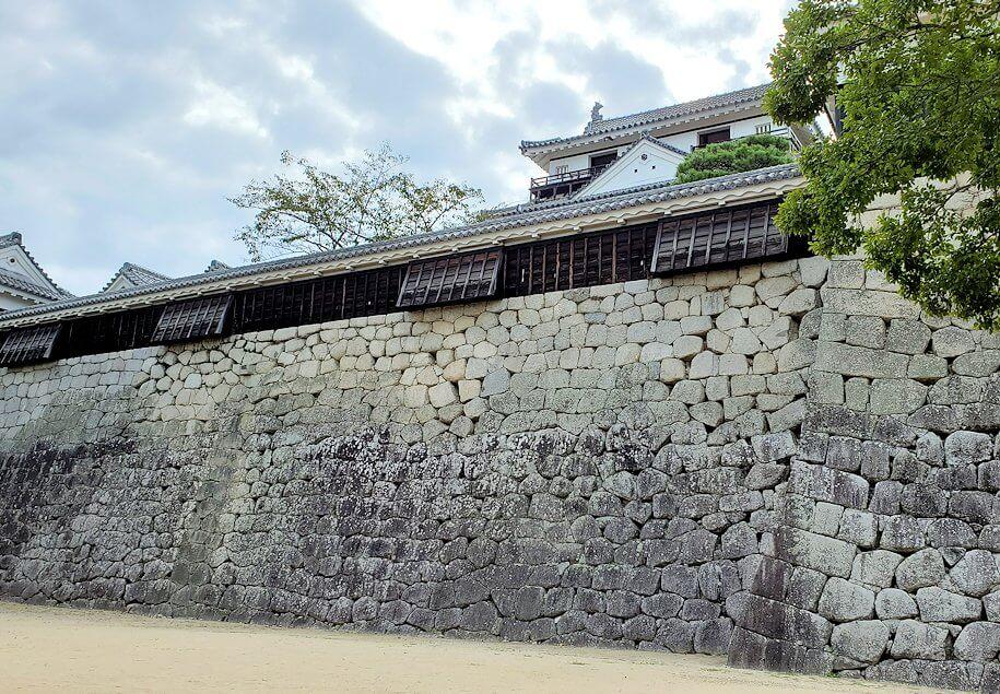 松山城本壇脇にある「艮門/艮門東続櫓」から見える松山城