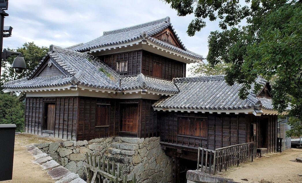 松山城本壇脇にある「艮門/艮門東続櫓」の写真