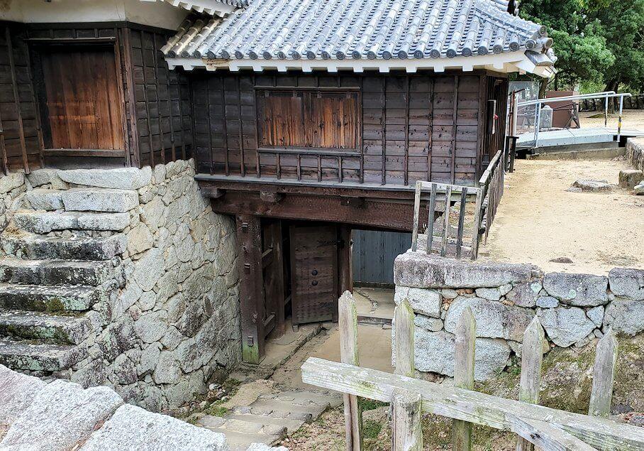 松山城本壇脇にある「艮門/艮門東続櫓」の写真1