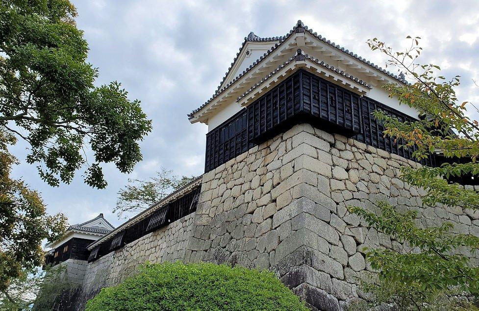 松山城本壇の石垣や櫓を眺める