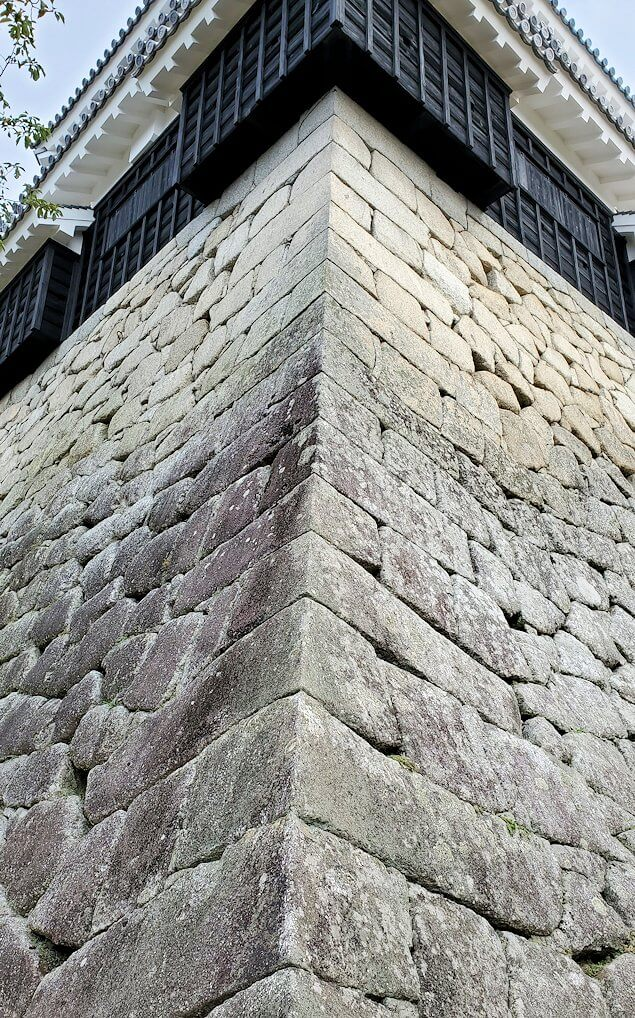 松山城本壇の石垣を眺める