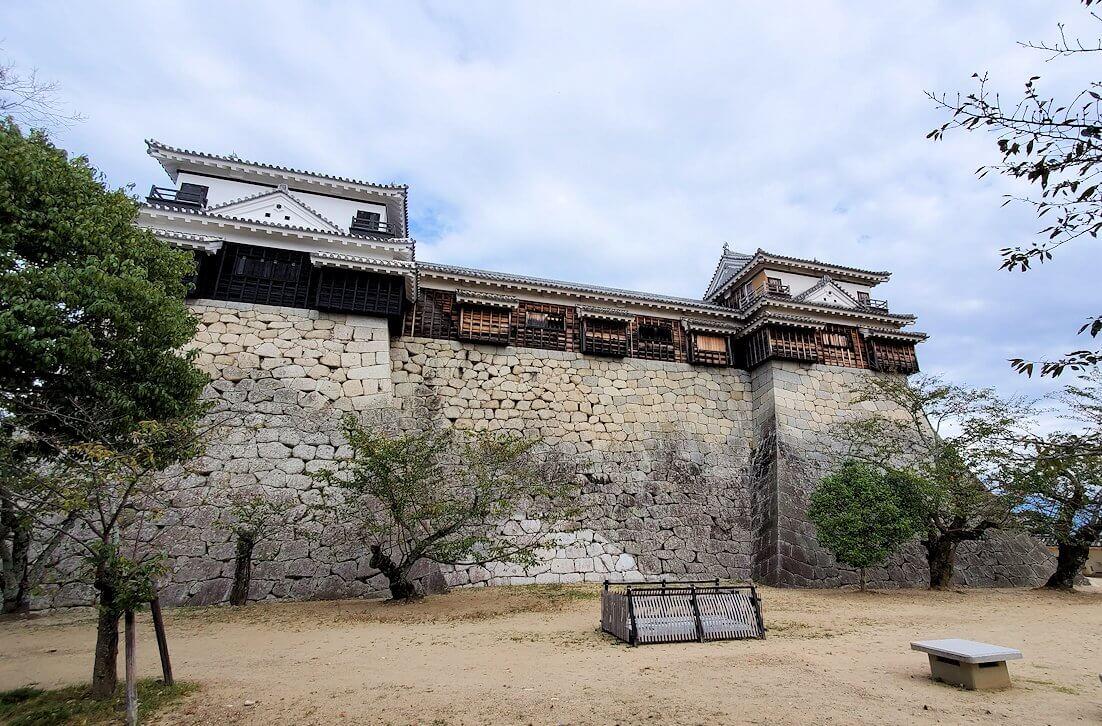 松山城本壇の石垣や櫓を眺める1