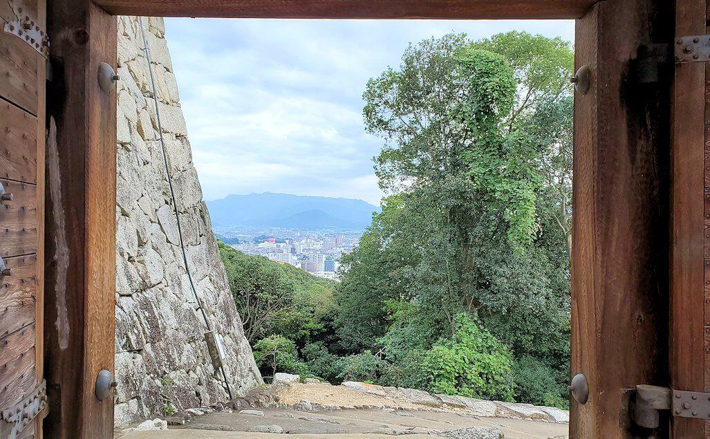 松山城本壇から「乾門」を出る