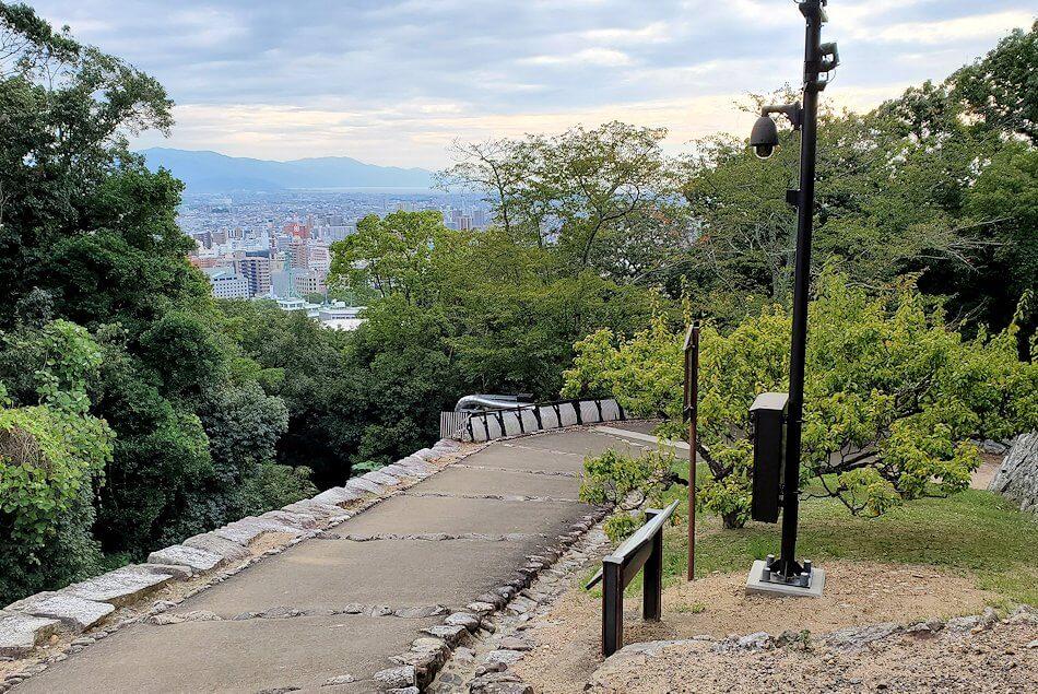 松山城本壇から「乾門」を出て見える道