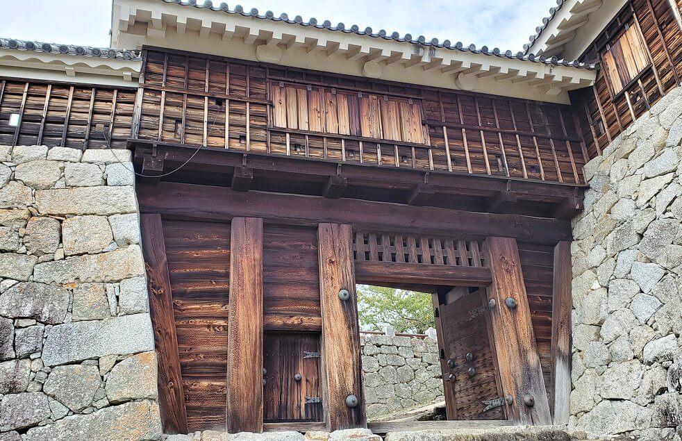 松山城本壇か松山城「乾門」の表側