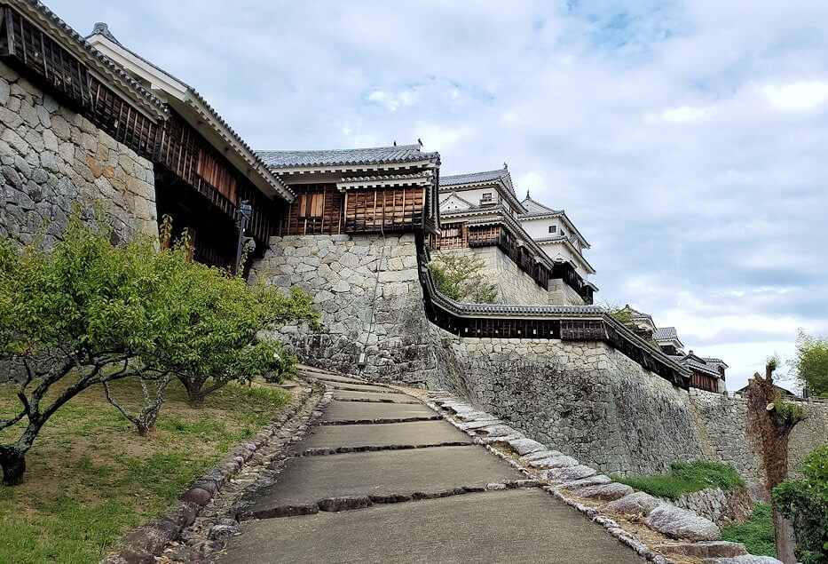 松山城「乾門」の登山道を降りる