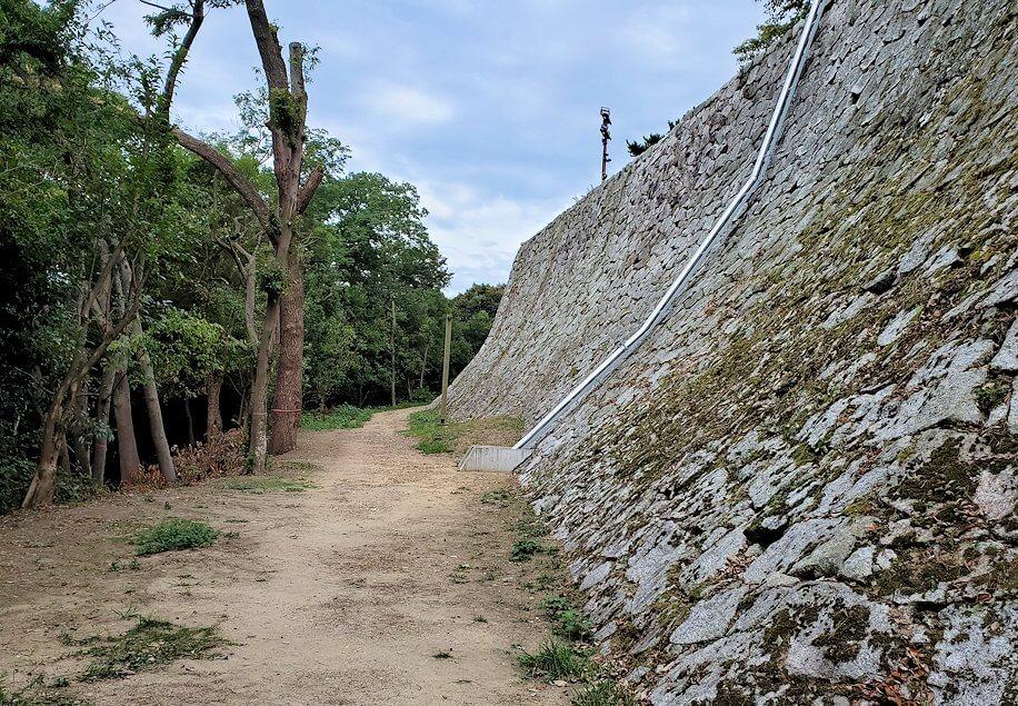 松山城本壇裏手を進む