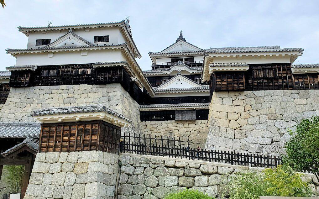 松山城大天守の正面に戻る