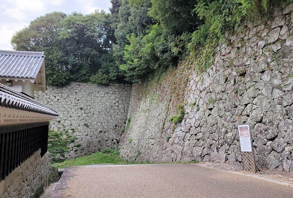 松山城「黒門口登城道ルート」を下ると見えてきた二の丸跡から見える石垣