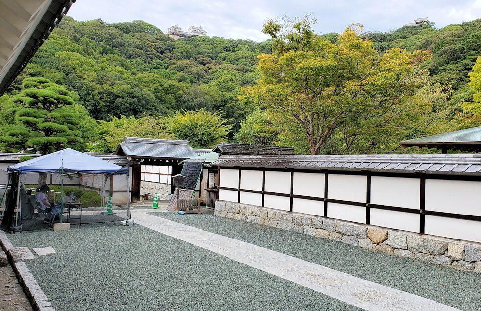 松山城「二之丸史跡庭園」内へ進む