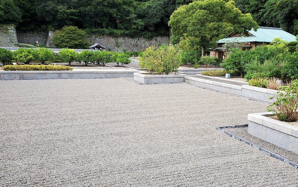 「二之丸史跡庭園」内の砂利