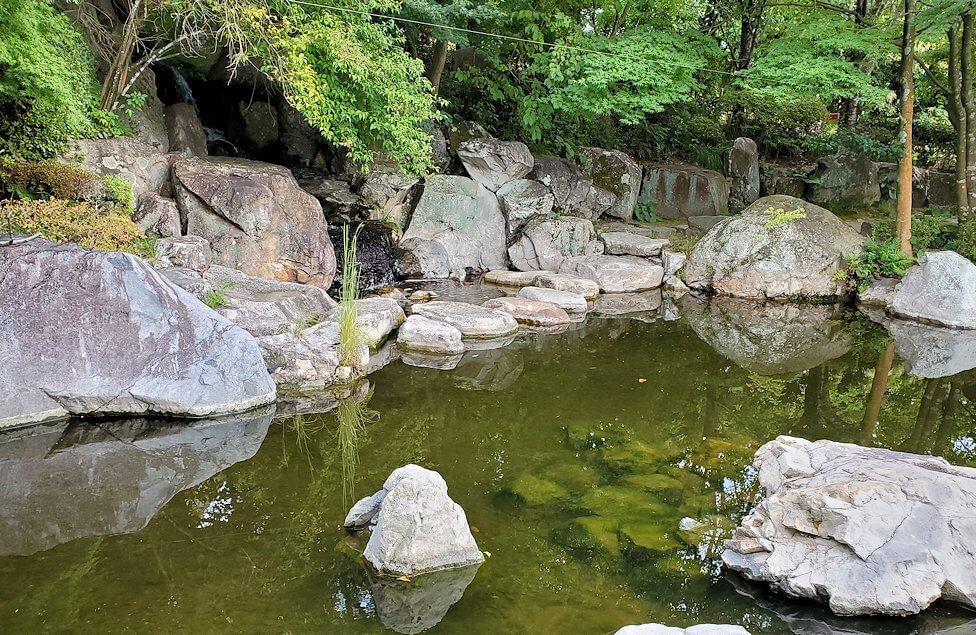 「二之丸史跡庭園」内の池