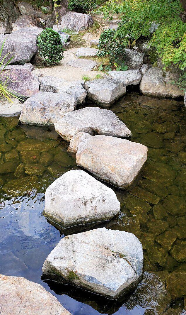「二之丸史跡庭園」内の石道
