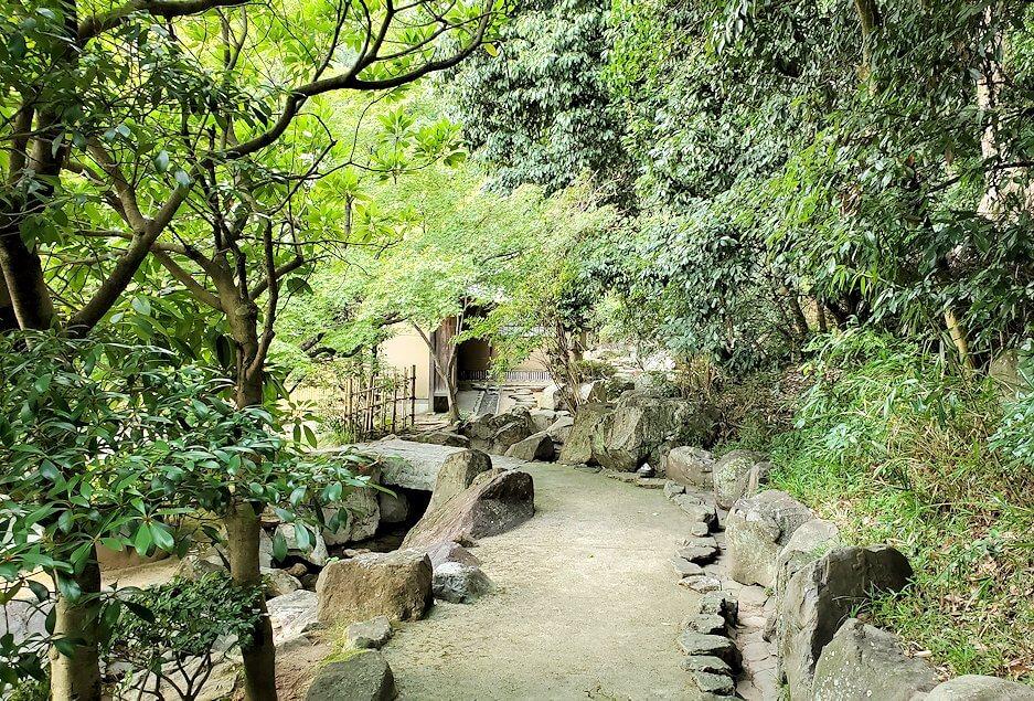 「二之丸史跡庭園」の奥へと進む