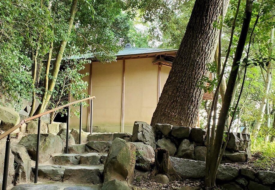 「二之丸史跡庭園」の奥へと進むと見える勝山亭