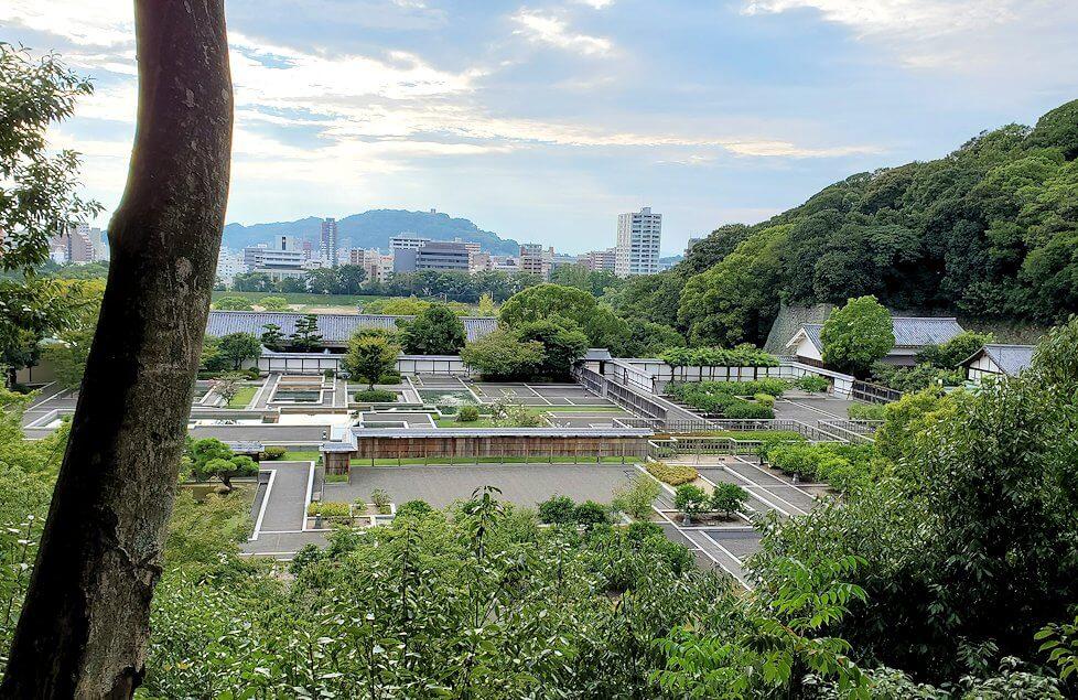「二之丸史跡庭園」の奥へと進むと見える勝山亭から見える景色