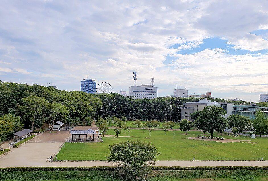二之丸史跡庭園から見る松山市内中心部
