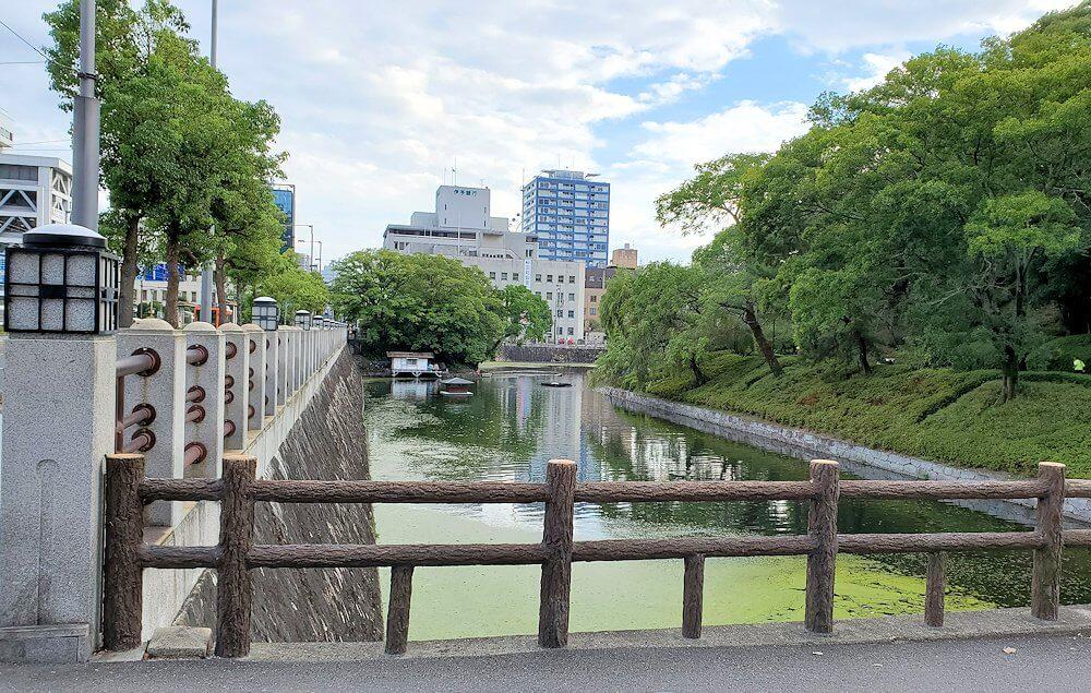 二之丸史跡庭園から松山市内へ歩いて向かう途中に見える堀