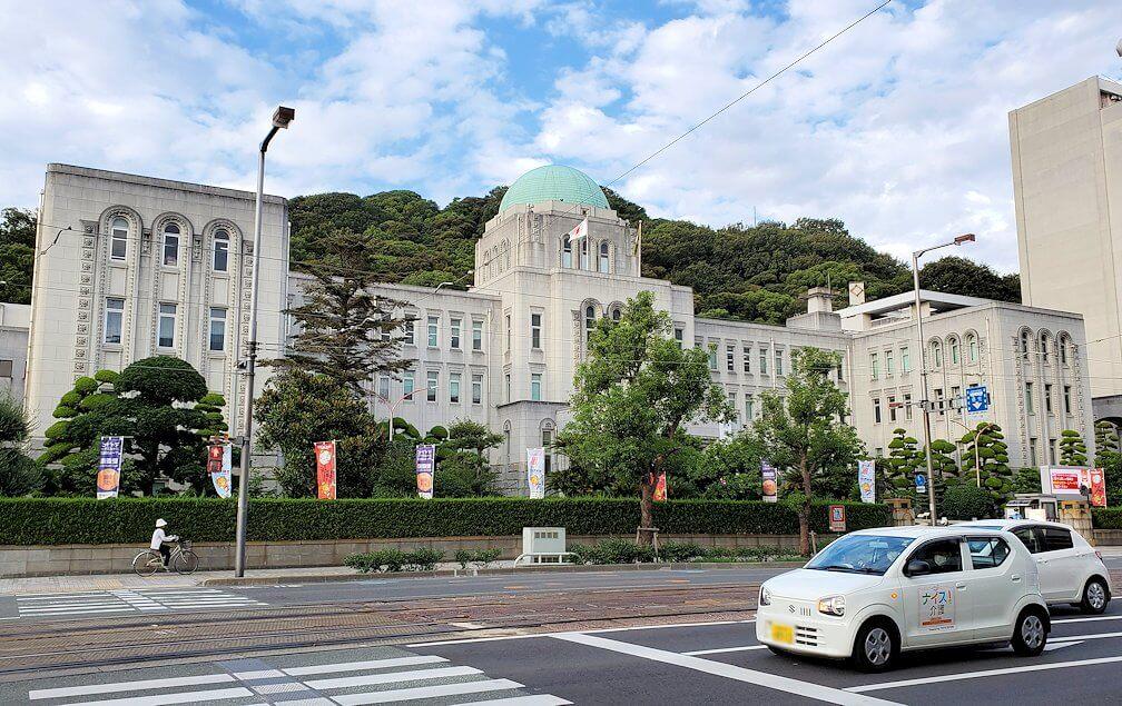 二之丸史跡庭園から松山市内へ歩いて向かう途中に見える建物