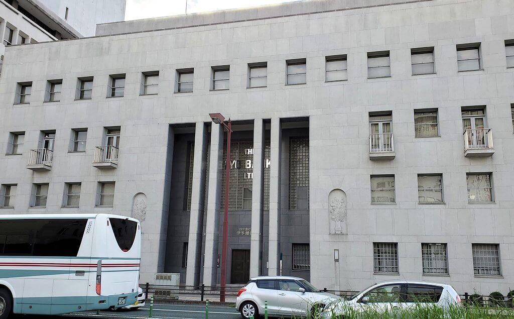 二之丸史跡庭園から松山市内へ歩いて向かう途中に見える銀行