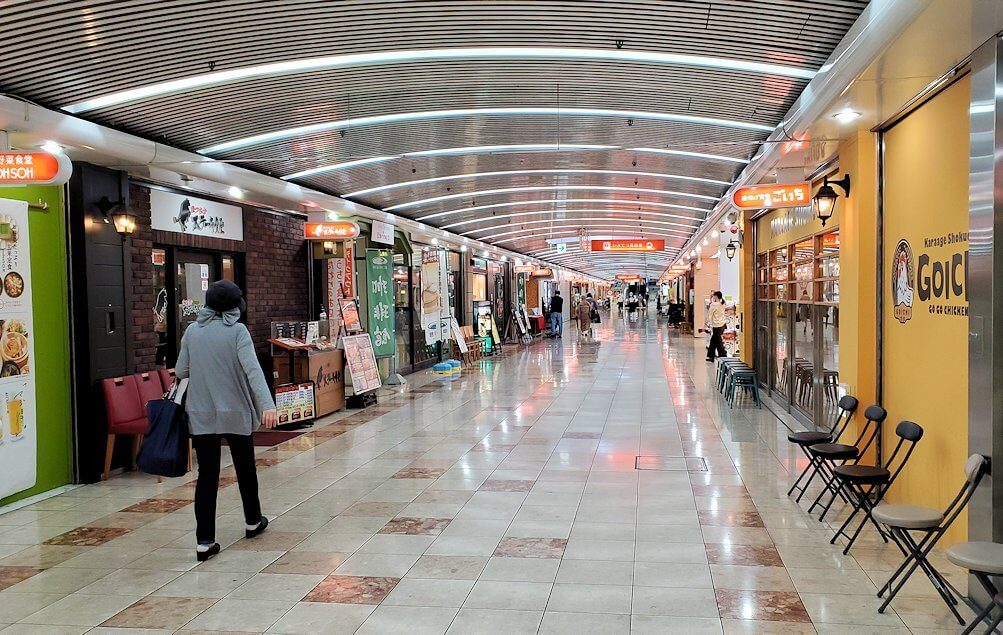 松山市駅横の「まつちか」を進む